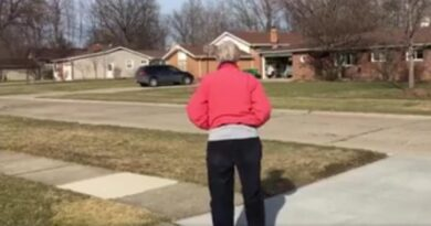 Questa anziana aspetta per strada un autobus senza sapere la sorpresa che l'attende…