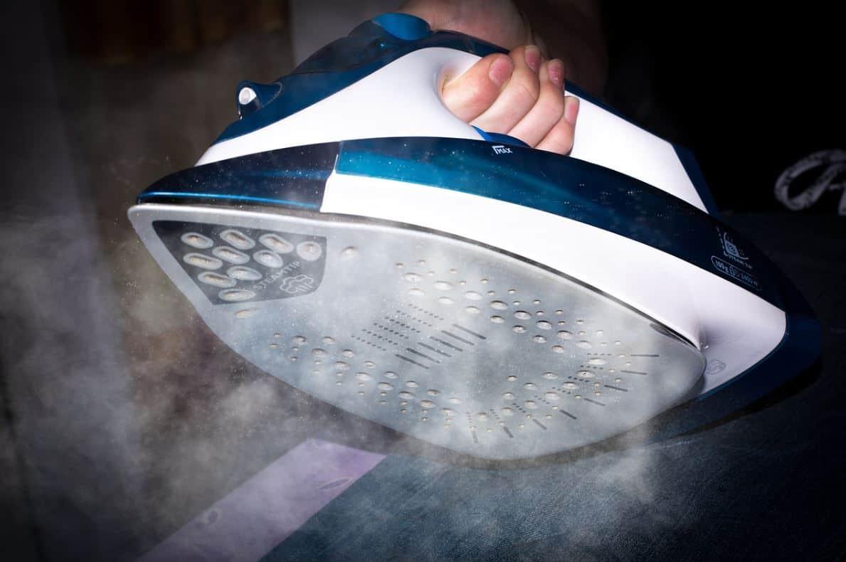 Pulizia Ferro Da Stiro come pulire il ferro da stiro se si attacca ai vestiti