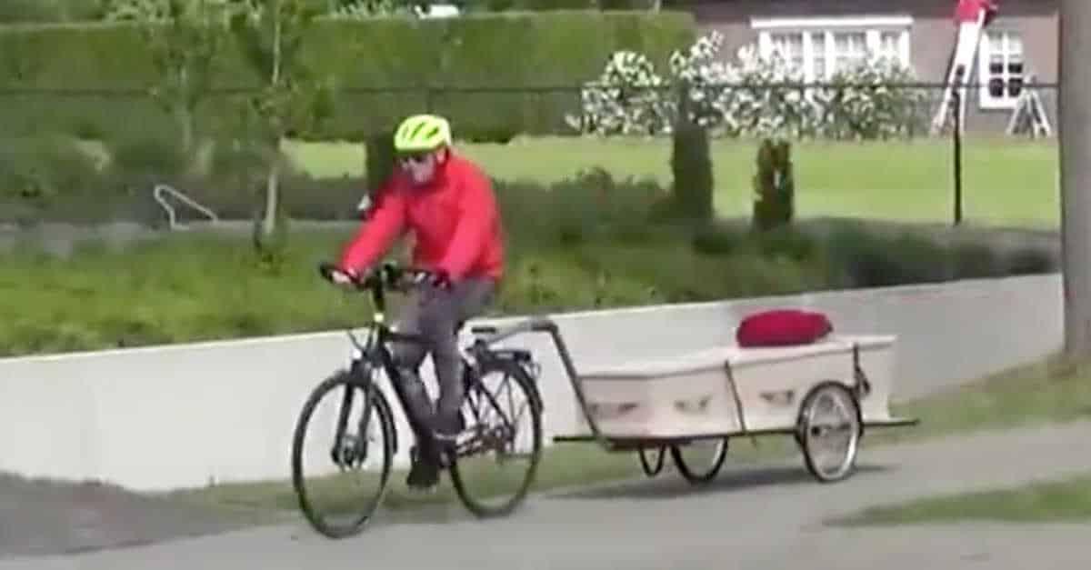 Il 69enne va in bicicletta con la bara di sua moglie per regalarle ...