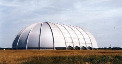 Sembra un enorme capannone piazzato nel nulla, ma l'interno dell'hangar nasconde un luogo magico