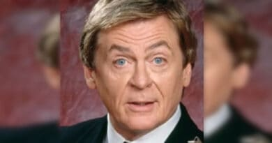 """Ricordate Niles il simpatico maggiordomo de """"La Tata""""? Dopo 30 anni dalla serie è un po' invecchiato ha già 74 anni."""