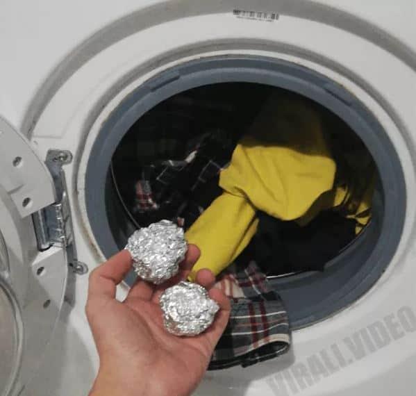 Ecco perché dovresti mettere 3 palline di carta stagnola nella lavatrice
